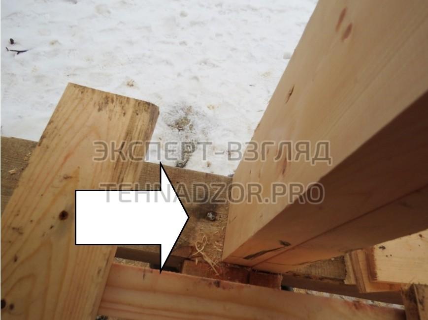 Отсутствует крепление опорного бруса к фундаменту (сваям-столбам),это частая ошибка при строительстве каркасного дома.