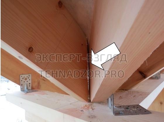 Стропила (стропильные ноги) не имею опоры на конструкцию, нет плотного примыкания элементов
