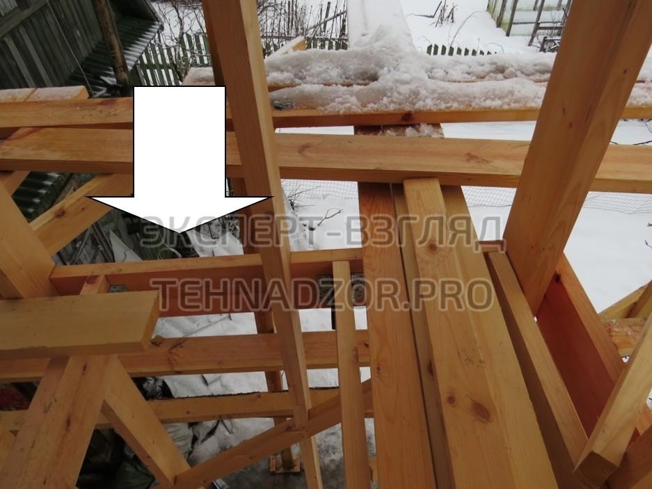 В конструктиве силового каркаса второго этажа отсутствует опорная доска, чёрный пол, нижняя обвязка стенового каркаса, существенные ошибки каркасного дома