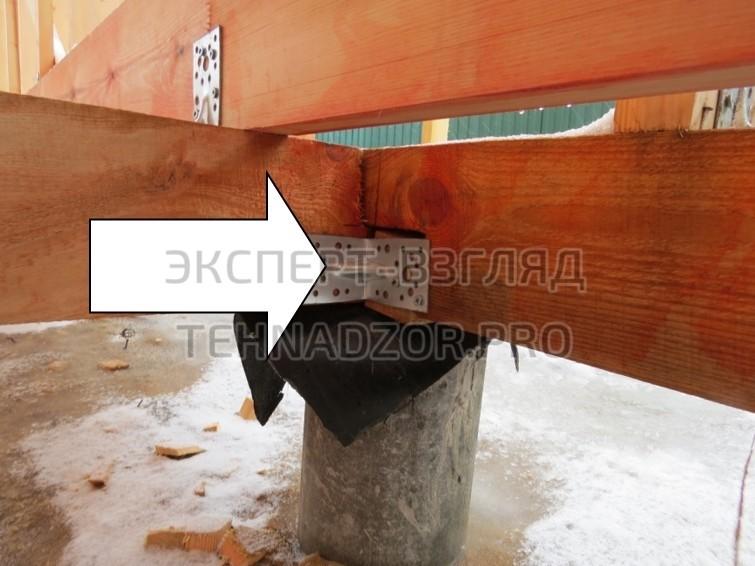 Следующая ошибка каркасного дома - В опорных и соединительных конструкциях недопустимо наличие пустот и заполнение их путём заталкивания подходящего по размеру куска древесины.